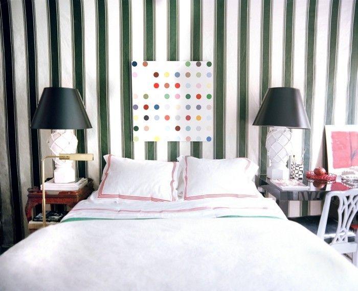 bett ohne kopfteil weiße bettwäsche streifentapete | Schlafzimmer ...