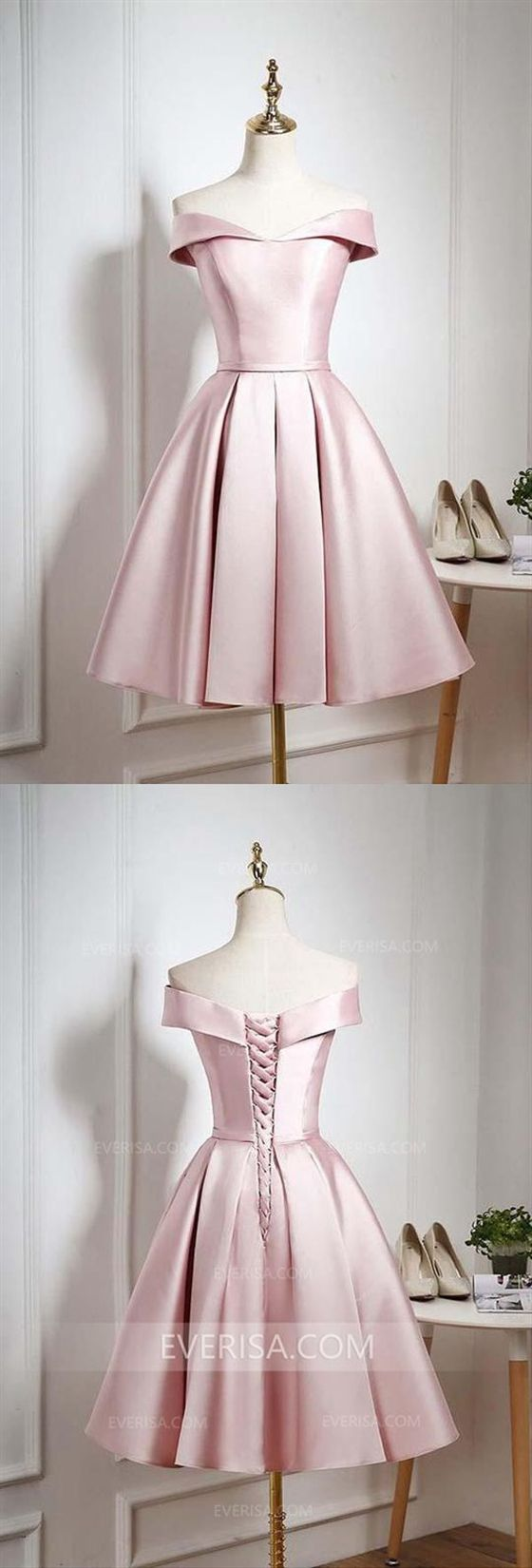 Elegantes hellrosa schulterfreies Satin-Kleid für die Heimkehr Kurzes Abendkleid mit Rüschen   – Alexa's Debut