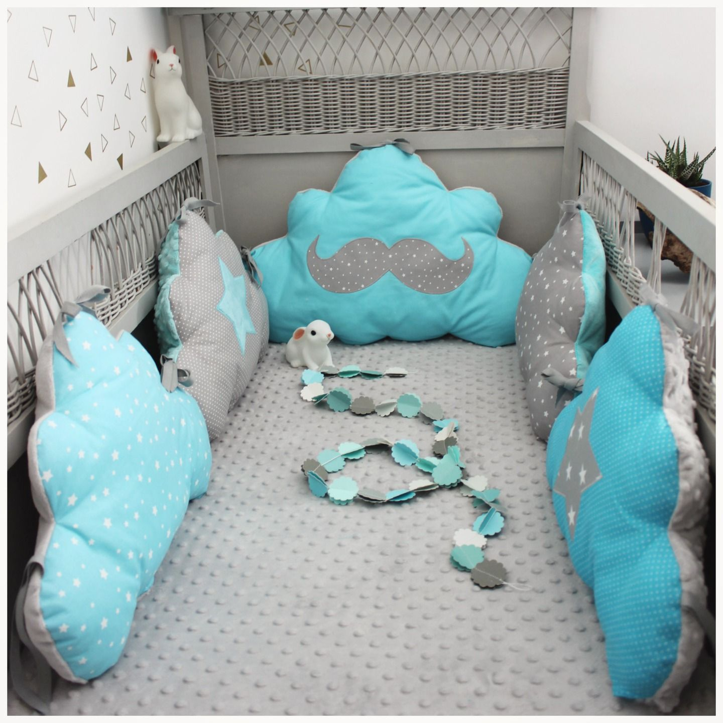 tour de lit nuage th me moustache bleu turquoise et gris tour de lit pinterest tour de lit. Black Bedroom Furniture Sets. Home Design Ideas
