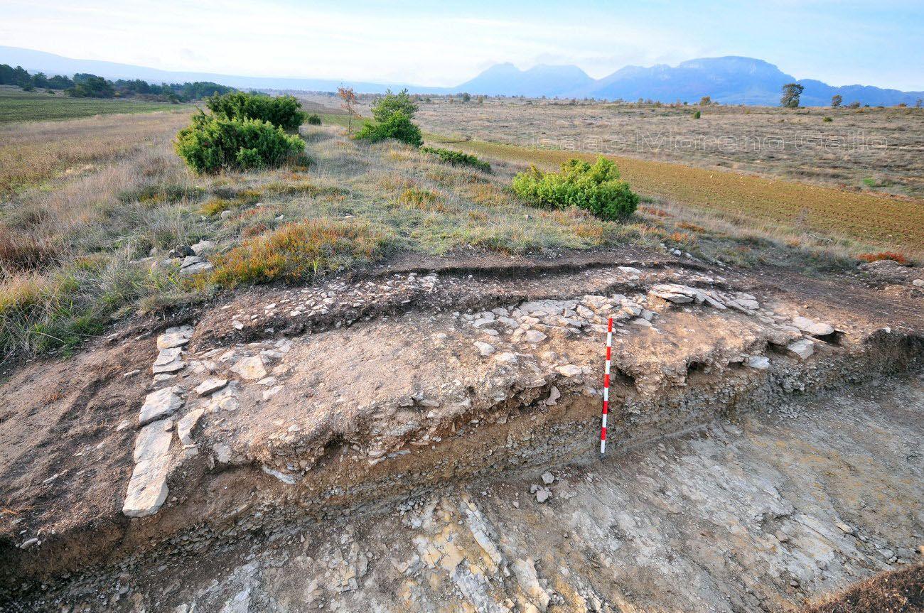 Vía romana de Flaviobriga (Castro Urdiales) a Vxama Barca (Osma de Álava). La vía romana con bordillos, afirmada  sobre el sustrato rocoso, en Lastras de Torre.