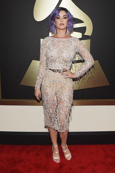 Katy Perry estrenando cabello lila. Fiel a su estilo, asistió en un alocado vestido metalizado a la ceremonia de los Grammy.