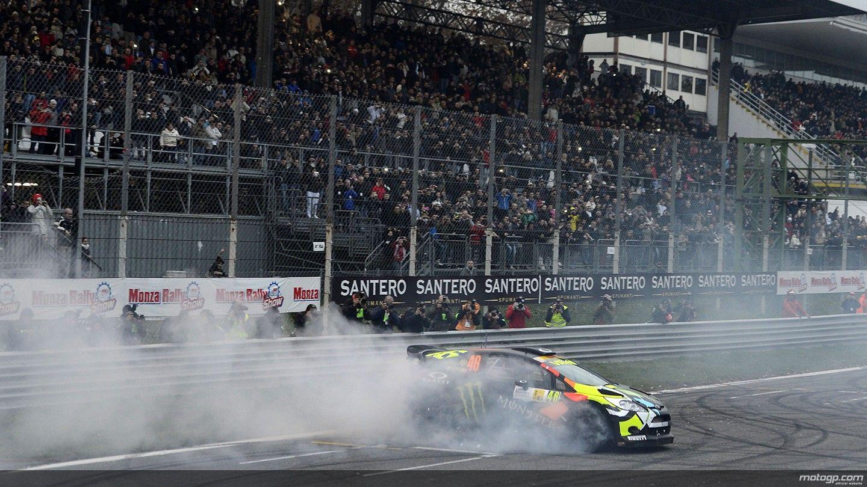 Valentino Rossi celebrando la victoria haciendo trompos