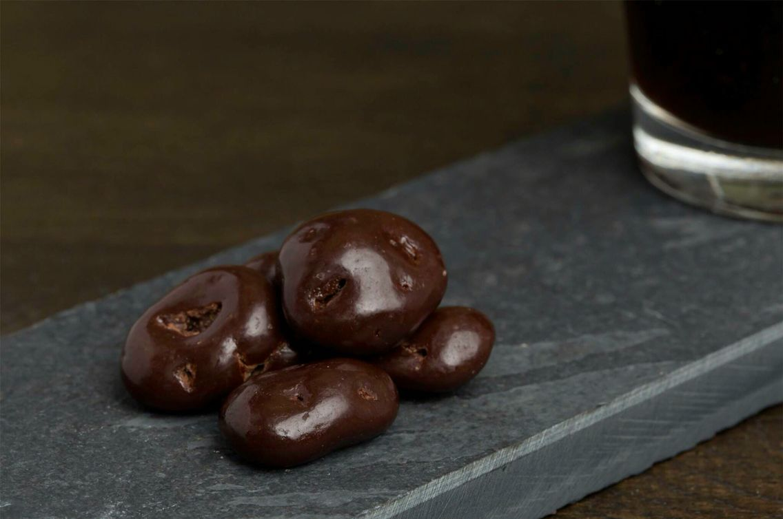 > Dazzle van de week <  New week, positive thoughts and a fresh start with our Bitter Bite! Deze Dazzle is fantastisch! Letterlijk puur genieten van deze fris zure cranberry  in een jasje van donkere chocolade.   #Dazzles #Chocolate #Chocolade #Dazzle #Bitter #Bite #Cranberry #Purechocolate #Feelgoodfood #Monday #Verwennen #Maandag #GoodStart #Genieten #Goodstarttotheweek #Verrassend #Surprise