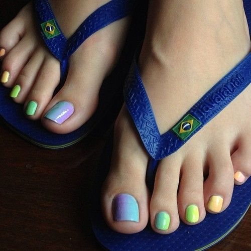 Pretty colors on toes