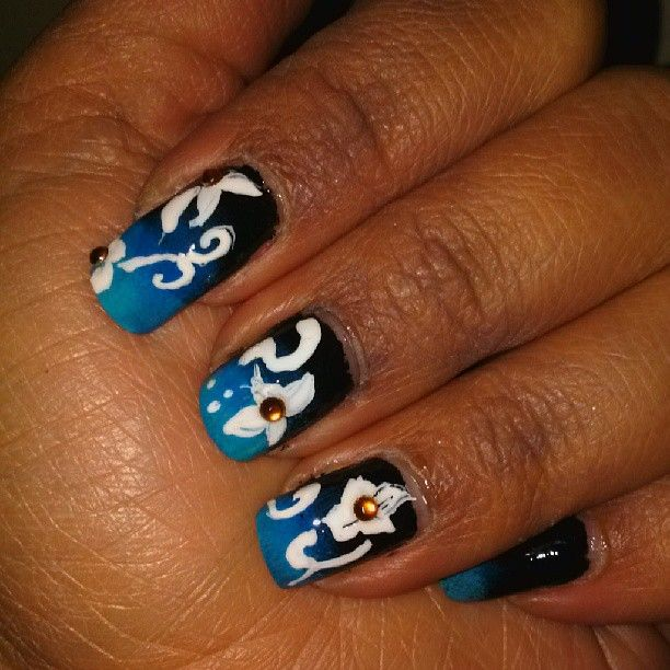 These blue flower nails have us wishing that summer would never end. Great design and great detail work by @carolen85.