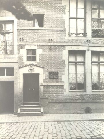 Maastricht. Deur met gevelsteen 'In de Roos'. Kleine Looierstraat 10.
