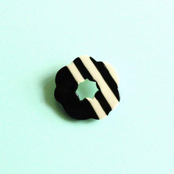 磁器の ブローチです。バックやシャツのアクセントにどうぞ。サイズ 約4㎝x約4cm    厚さ 約4mm (金具込み13mm)素材  磁器☆取り扱いのご注意☆...|ハンドメイド、手作り、手仕事品の通販・販売・購入ならCreema。