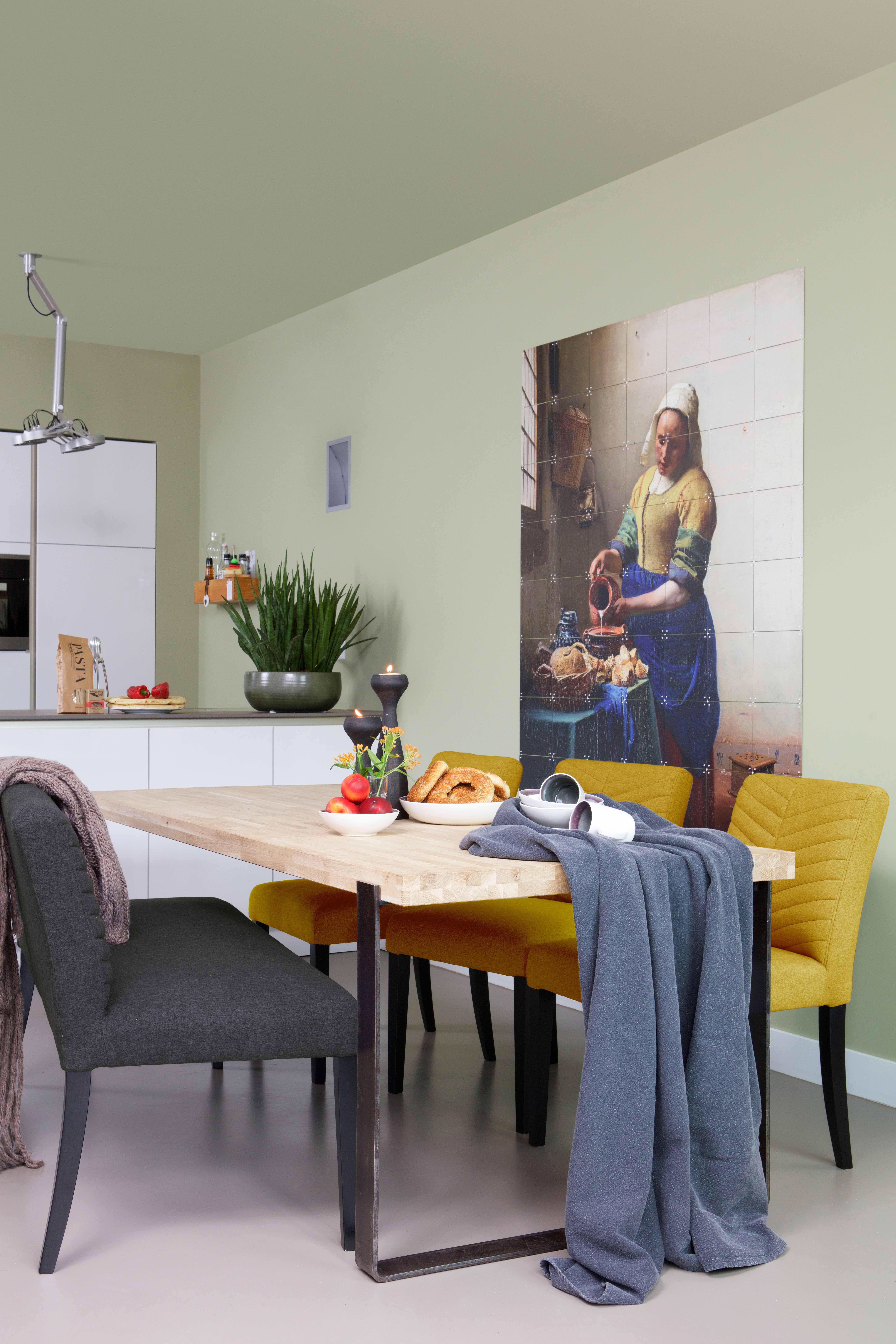 keuken in appartement binatie van oker geel en blauw in