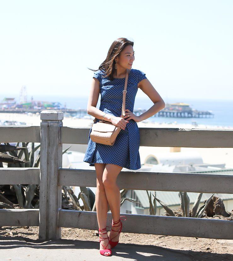 Vestido jeans de poá é perfeito para curtir os dias ensolarados, para completar o look sandália de amarrar vermelha.