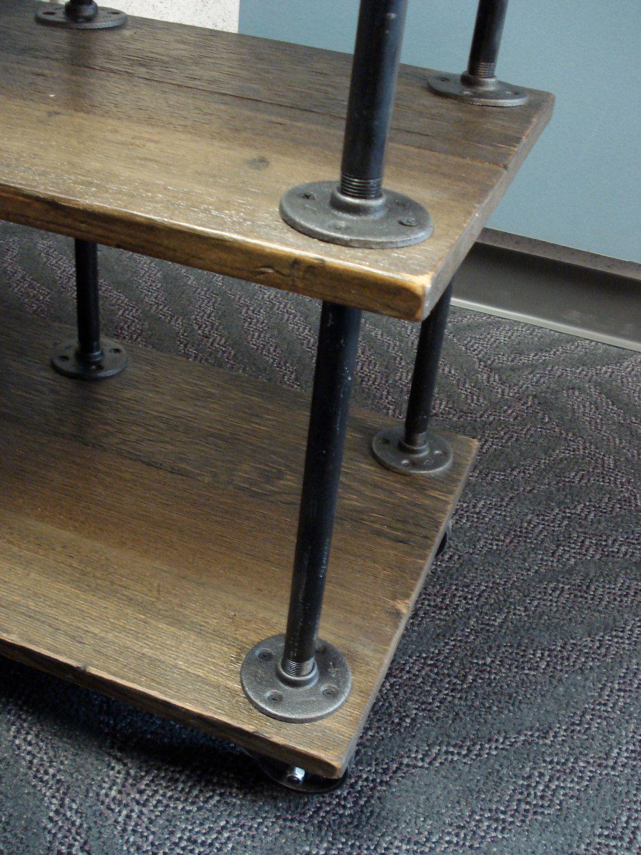 ce meuble industriel admirablement fini de tv est fait de. Black Bedroom Furniture Sets. Home Design Ideas