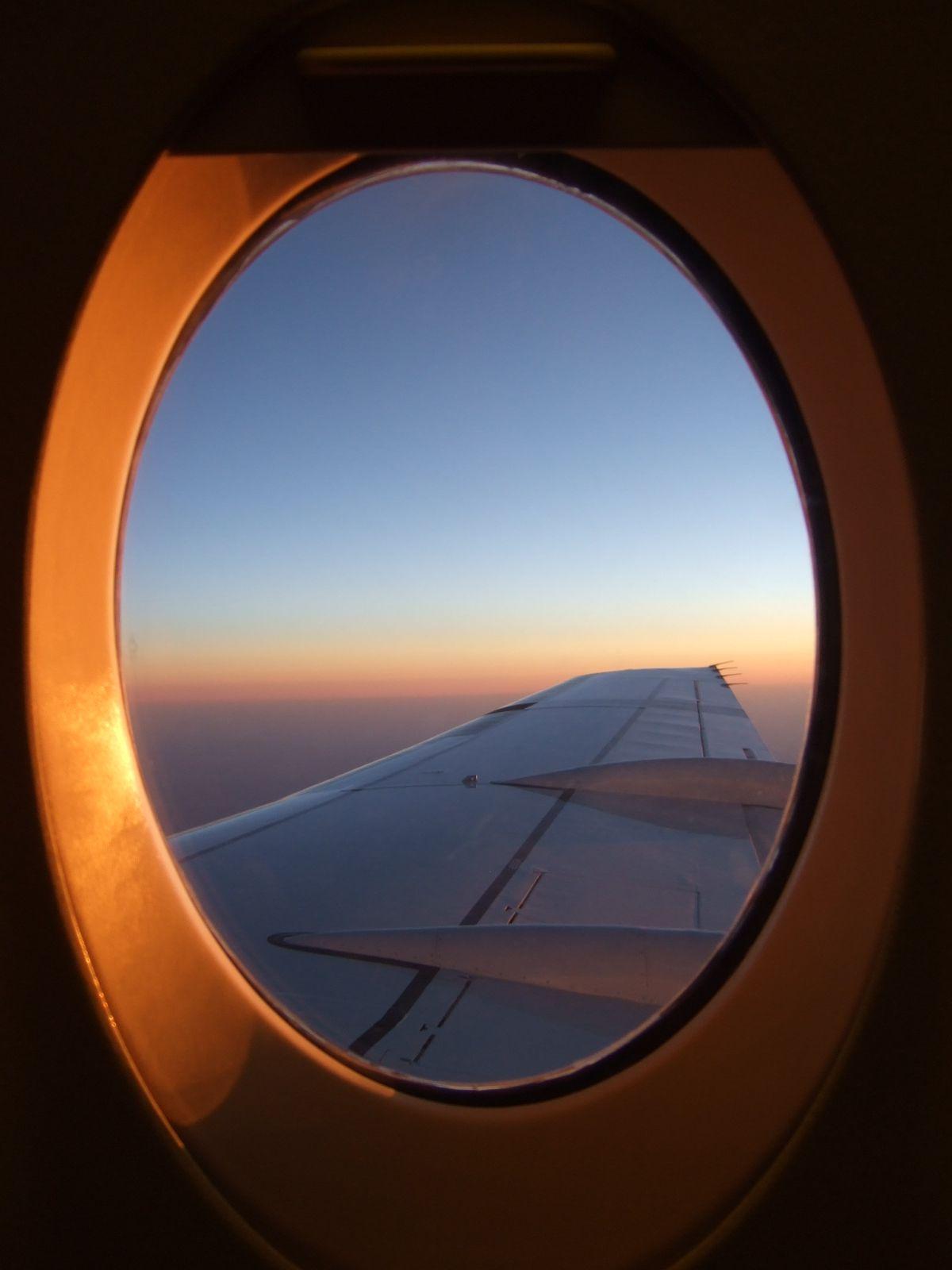 vue de l 39 avion avion hublot orange bleu ciel soleil