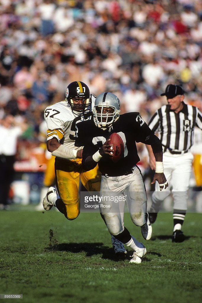 Running Back Kenny King Of The Los Angeles Raiders Runs With The Ball Raiders Players Oakland Raiders Images Nfl Oakland Raiders