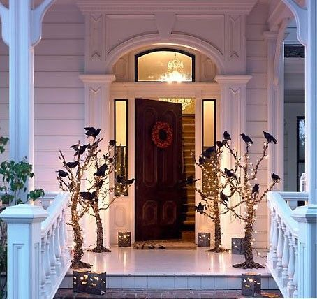 35+Halloween Door Decoration Ideas which are frighteningly fascinating - Hike n Dip #halloweendoordecorations