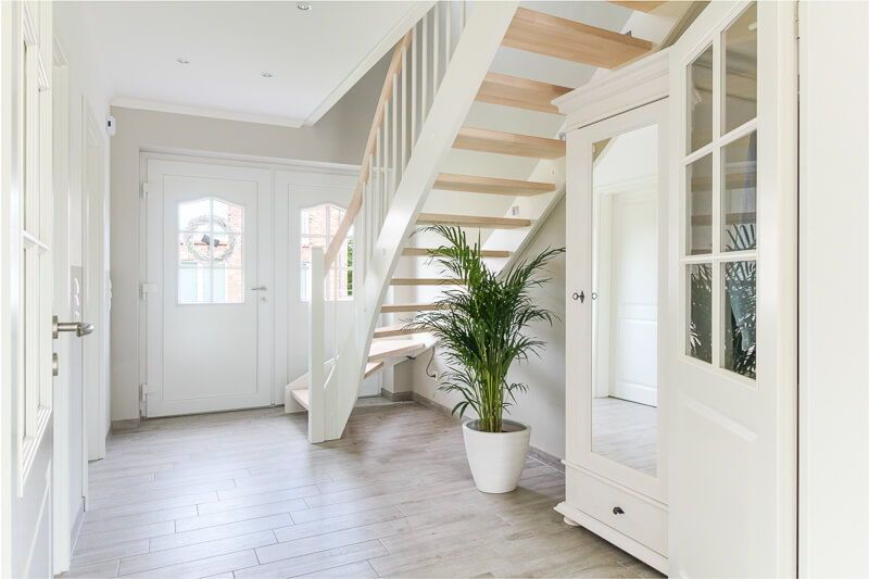 Hervorragend Eingangsbereich Flur/ Diele Mit Treppe Holz Offen   Wohnideen  Inneneinrichtung Friesenhaus Mit Kapitänsgiebel ECO System Haus    HausbauDirekt.de