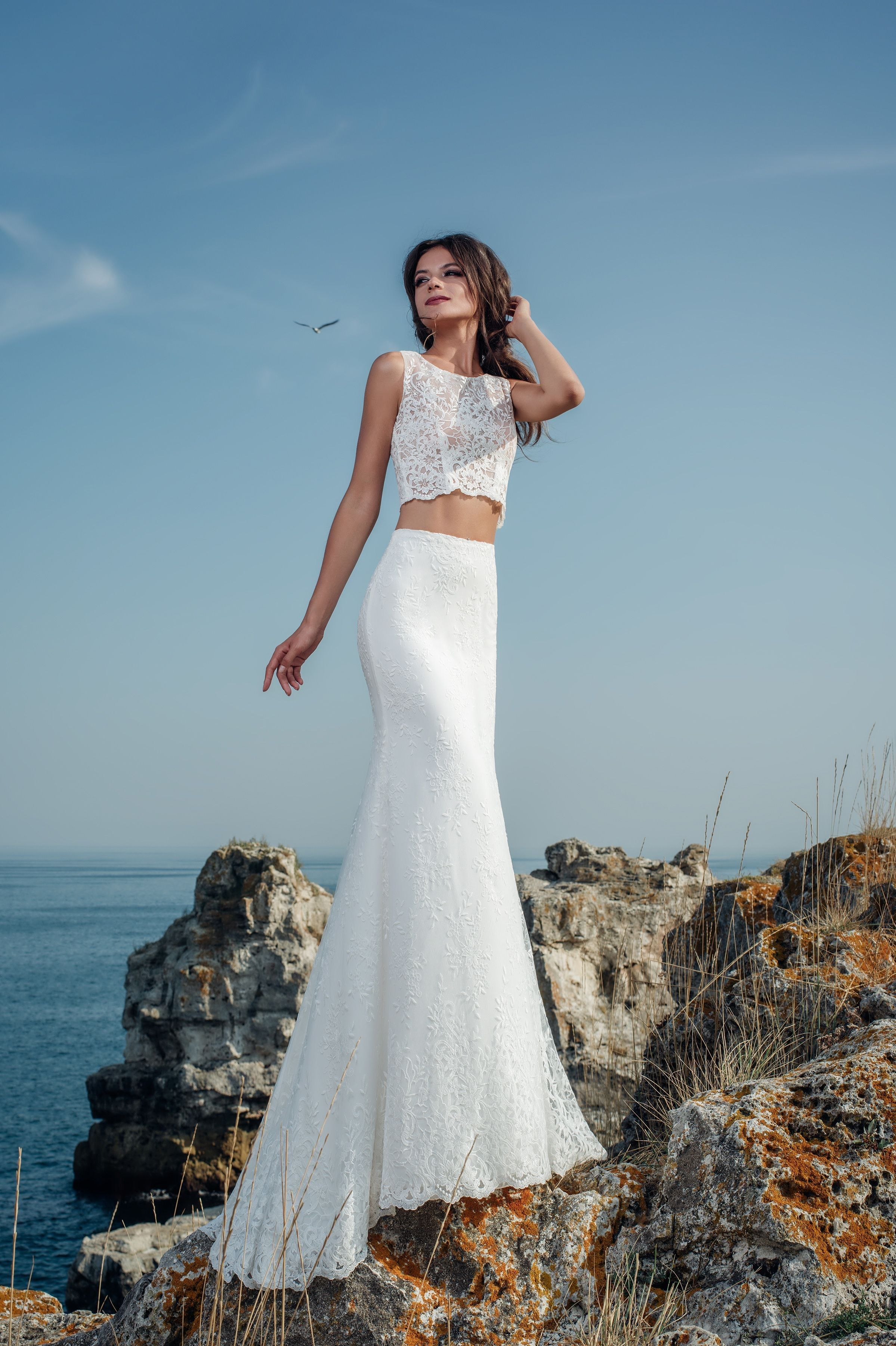 Extravagantné moderné svadobné šaty s dlhou čipkovanou sukňou a holým  bruchom 716e1aa0785