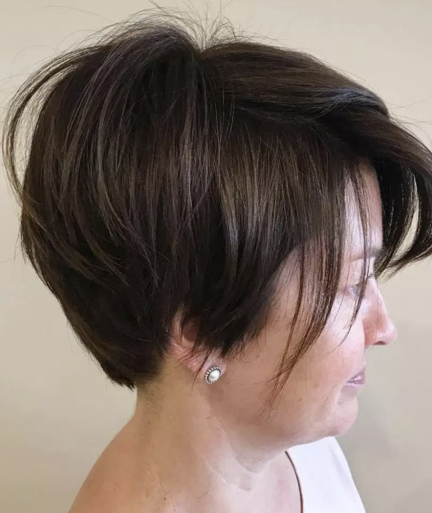 Short Hairstyles For Women Over 40 Many Women In Their 40s Opt For Short Haircuts On A Hunch And They Definit Short Hair Styles Womens Hairstyles Hair Styles