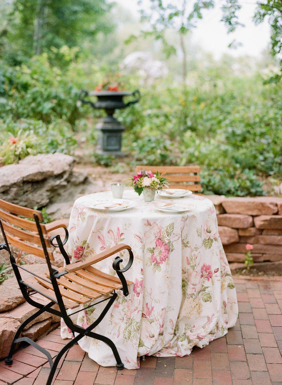 La Tavola Fine Linen Rental: Maya White | Photography: Sarah Box Photography, Event Planning: A Vintage Affair Events, Floral Design: Bare Foot FLora