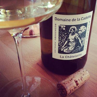 2012 La Châtelaine Domaine de la Cadette Burgund  Der im Stahltank ausgebaute Chardonnay ist ein echtes Unikat .Anfangs riecht er nach Bohnenkraut, etwas Vanillin und Marillen. Mit der Belüftung kommt die Geradlinigkeit des Weines immer besser zur Geltung. Dabei wirkt der Chardonnay ob der Säure regelrecht athletisch und klingt ganz langsam am Gaumen aus. Ein unfiltrierter, jetzt bereits zugänglicher Chardonnayspaß!