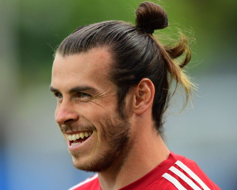 Gareth Bale Pulls Long Hair Up Into A Top Knot Garethbale Longhairmen Topknot Manbun Highmanbun Soccer Hair Soccer Player Hairstyles Long Hair Styles Men