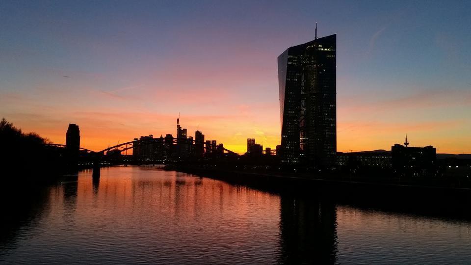 Frankfurt ist die Stadt der Gegensätze: Sie ist zugleich hässlich und schön, verdreckt und blank poliert, dörflich und großstädtisch. Eine hr-Dokumentation