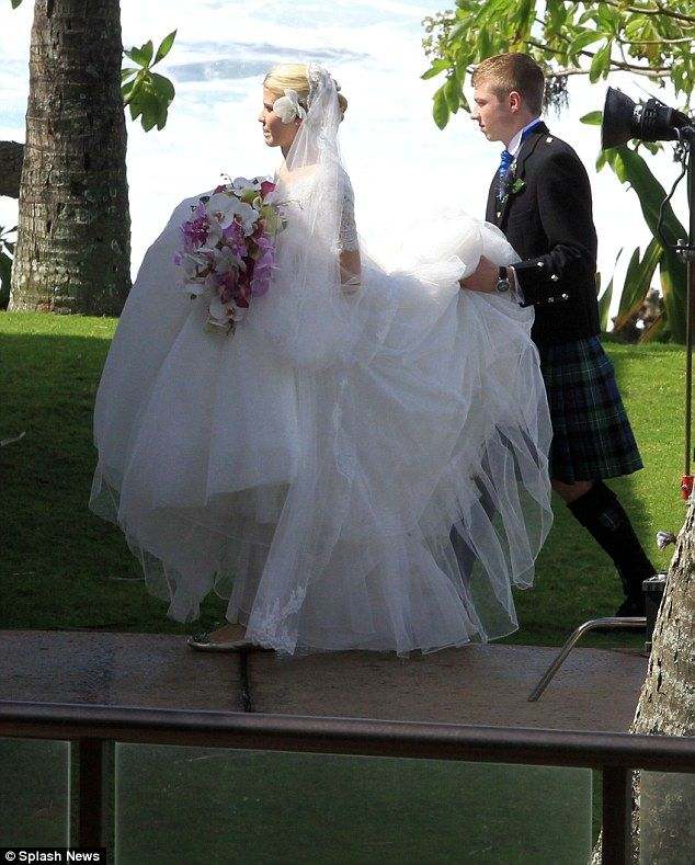 She Couldn T Stop Smiling First Pictures Of Kidnap Victim Elizabeth Smart S Stunning Hawaiian Wedding Wedding Hawaiian Wedding Flower Girl Dresses