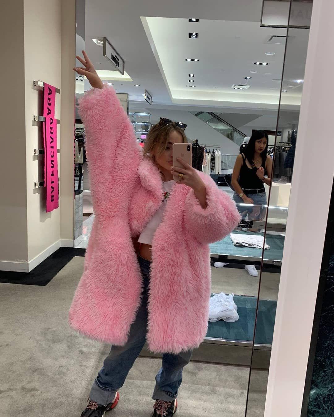 Sabrina Via Weibo I Love A Pink Teddy Coat Jan 4 2020 Sabrina Sabrina Carpenter Outfits Sabrina Carpenter Style Sabrina Carpenter