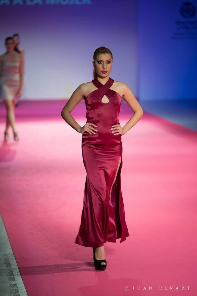 Vestido de noche de raso Valentino en color vino, con escote en ...