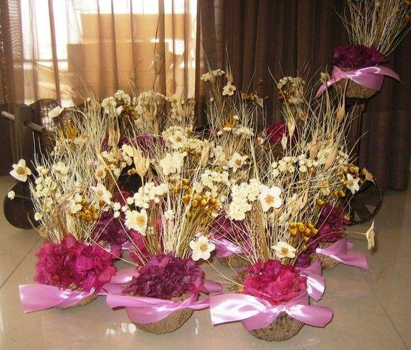 Lindo Arranjo De Flores Desidratadas Em Uma Cumbuca De Castanha Do