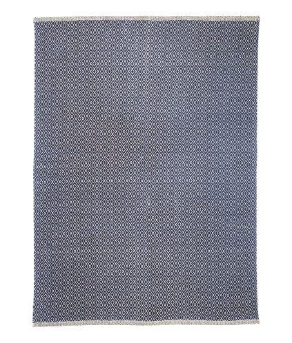Mörkblå/Naturvit. En stor matta i vävd bomullskvalitet med tryckt mönster på ovansidan.