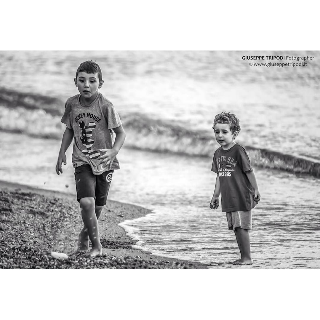 Children Child Bambini Che Giocano In Riva Al Mare Spiaggia