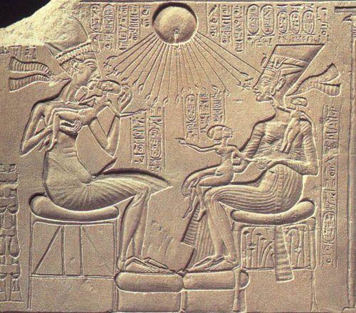 Akhenaton e la sua famiglia - Piccolo rilievo inciso su pietra calcarea, Nuovo Regno, ritrovata ad Amarna, conservato al museo di Berlino.