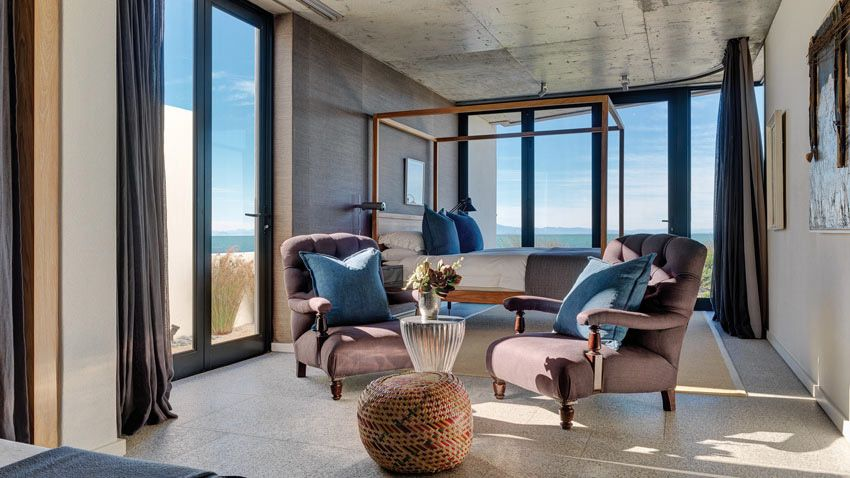 Sudafrica. Una casa vacanze realizzata in splendida posizione panoramica con una combinazione di materiali naturali, texture e colorazioni diverse per ogni locale.