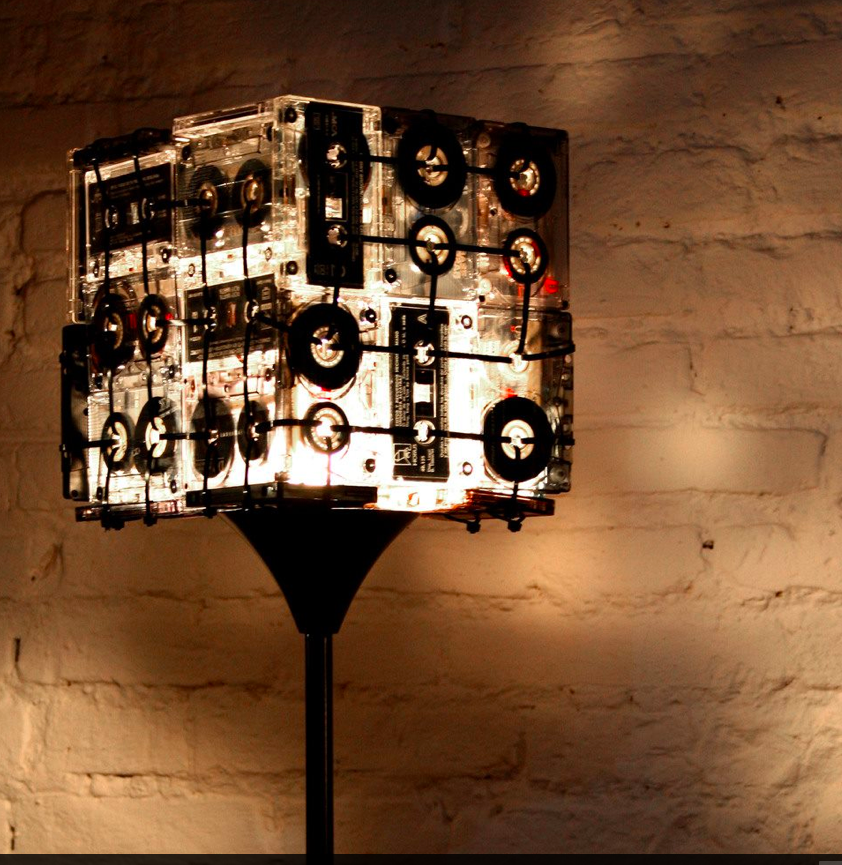 Eco vintage lamparas de pie hechas de cassettes my for Lamparas para apartamentos pequenos