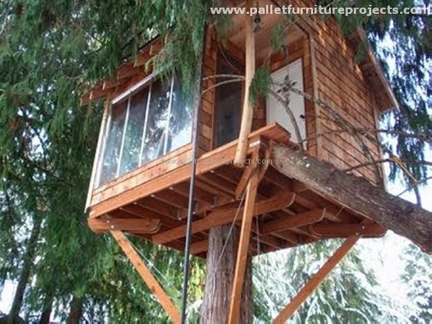 Recycled pallet tree houses treehouses cottage for Pallet tree fort