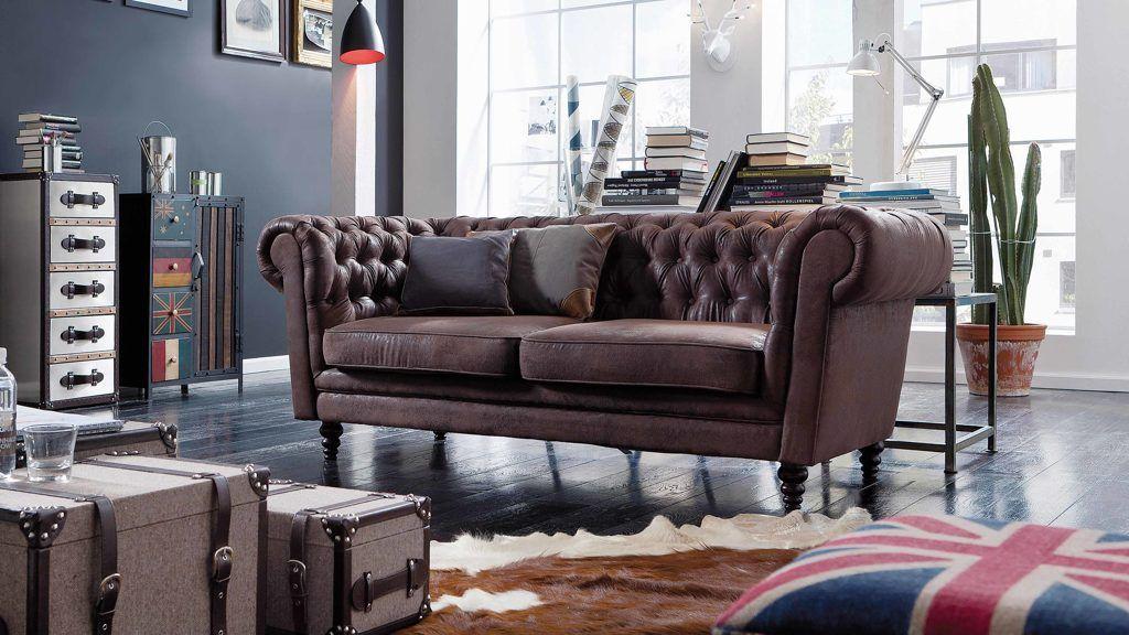 Das sofa im chesterfield stil mit seinen typischen polsterknöpfen
