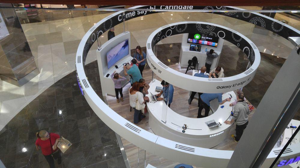 前一個星期日,經過Westfield Carindale時,發現在一樓Myer的門外了Samsung體驗店。對我們這種「毒男」來說,那裡真是一個好地方,可以試到各種Samsung的電腦新產品,如Galaxy View(18.7″ 超大Tablet)、Galaxy s7、Galaxy TabPro