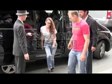 """Parece que Kristen Stewart ficou incomodada com o assédio dos paparazzi em sua passagem por Paris. A atriz xingou os fotógrafos de """"ratos, baratas, parasitas"""" quando estava entrando no hotel em que está hospedada após almoçar fora com seu equipe. Reparem a partir dos 30 segundos do vídeo:"""