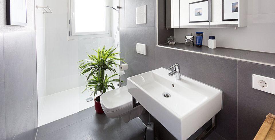 Das nüchterne Weiß früherer Zeiten ist heute in vielen Badgestaltungen bereits einem edlen, dezenten Grau gewichen. Das macht ein Badezimmer nicht nur hochwertiger, sondern auch farblich stimmiger.