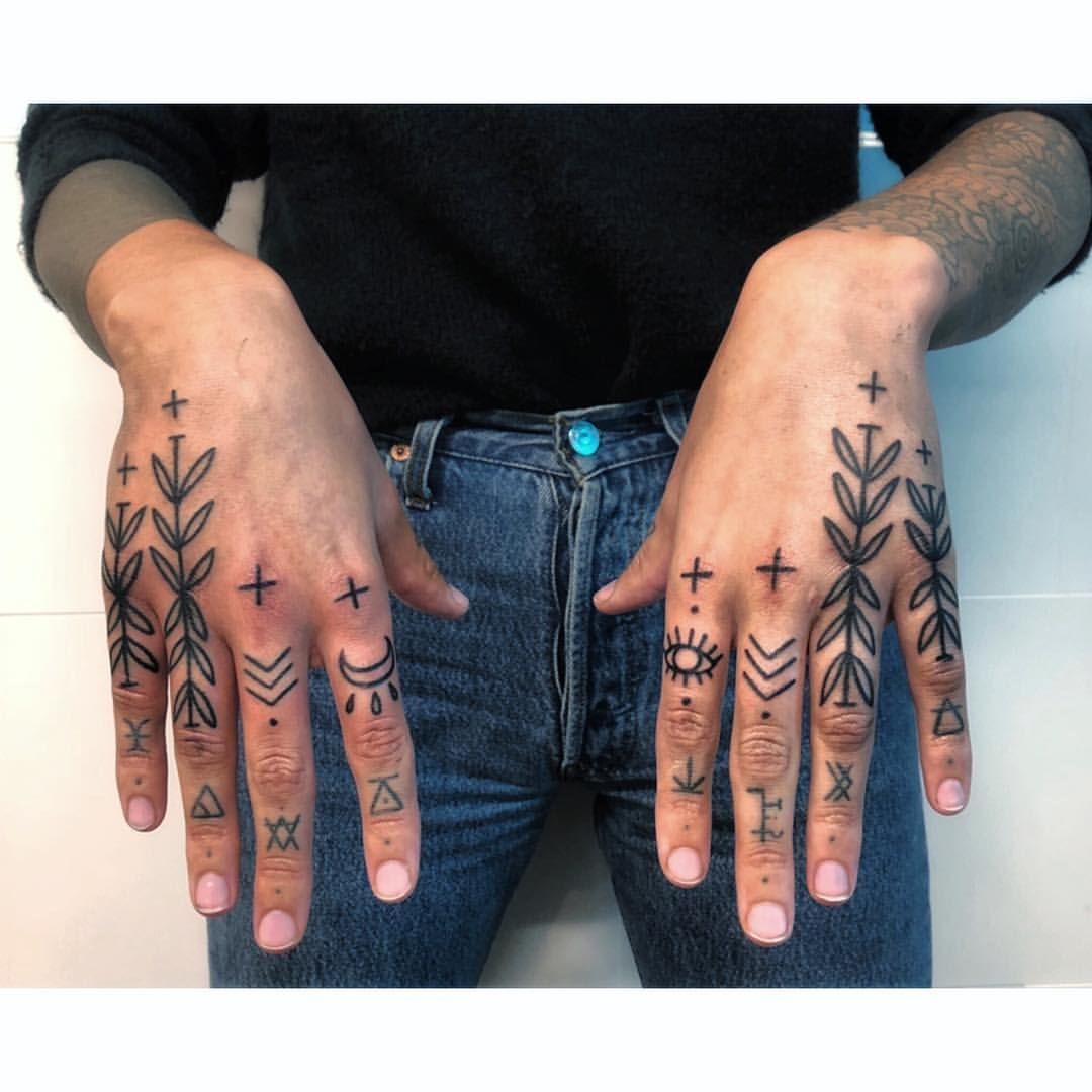 "B a r b a r a 🐊 on Instagram: ""💁🏽♀️ FINGERS TATTOOED BY @fernandeztattoo // #fingertattoos #fingerstattoo #inkfingers #ornemental #ornementaltattoo #ornementalink #inked…"""
