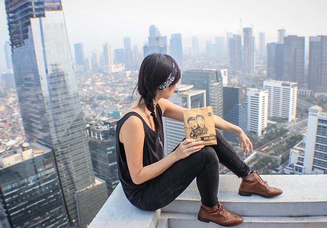 chllin on the rooftop with @juraganabon  kripik singkongnya enak parah pecah pas di kunyah  lidi-lidiannya sama abonnya enak juga . makasih udah jadi cemilan kita selama di rooftop  #asikexplore by robytama