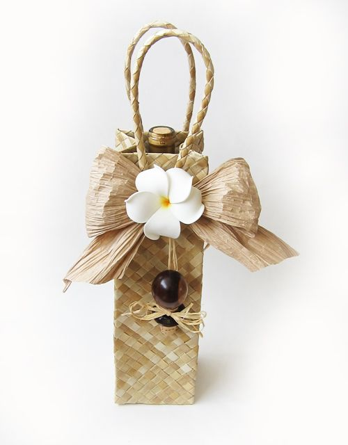 Pop your own bottle of wine in this gift bag and voilà, you have a uniquely Hawaiian gift!