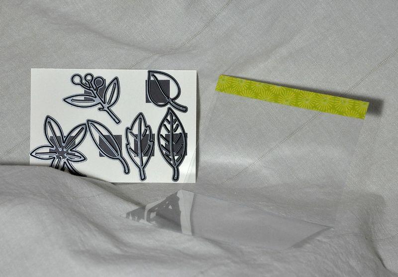 DSC_0040 Les dies sont aimantés sur une cartonnette de fort grammage et glissés dans une couverture pour reliure pliée en deux
