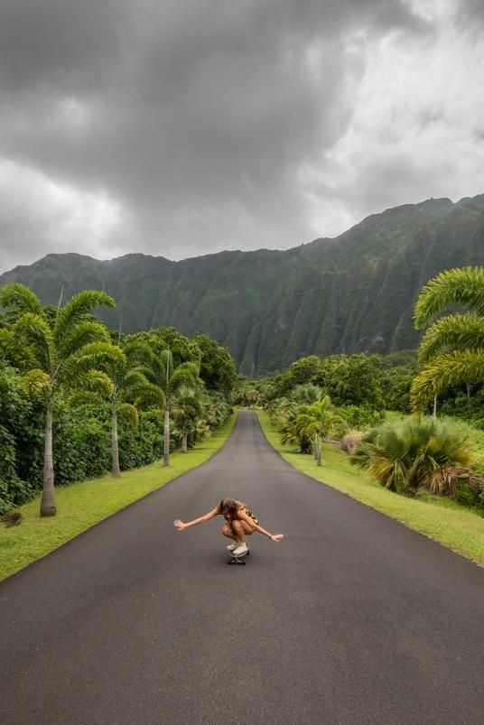 Picture of a woman skateboarding in Kaneohe, Oahu, Hawaii #kaneohe #oahu #hawaii #visithawaii #visittheusa #usa