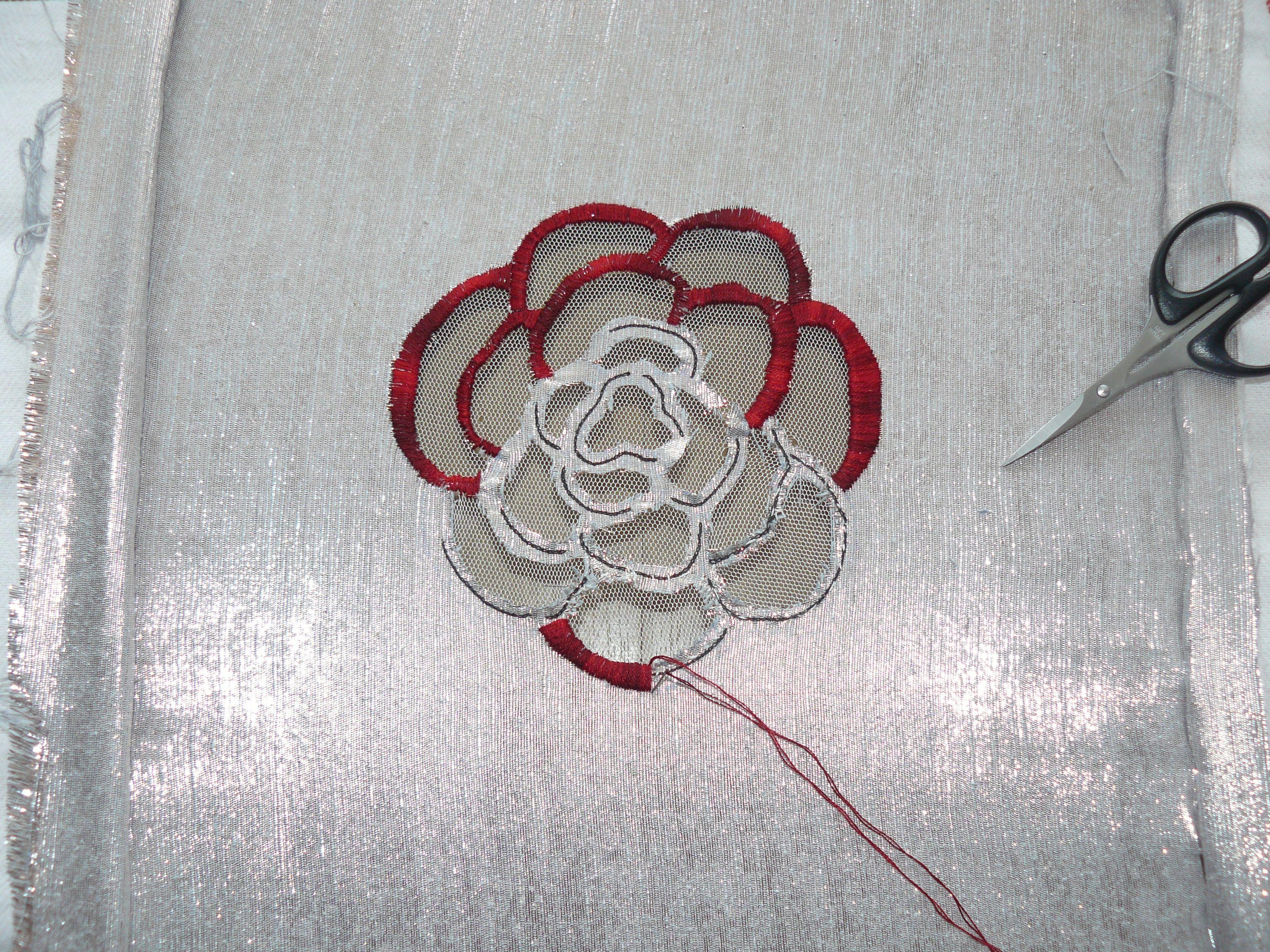Travail de passé plat à l'aiguille avec mouliné ombré DMC pour fleur broderie d'art. http://www ...