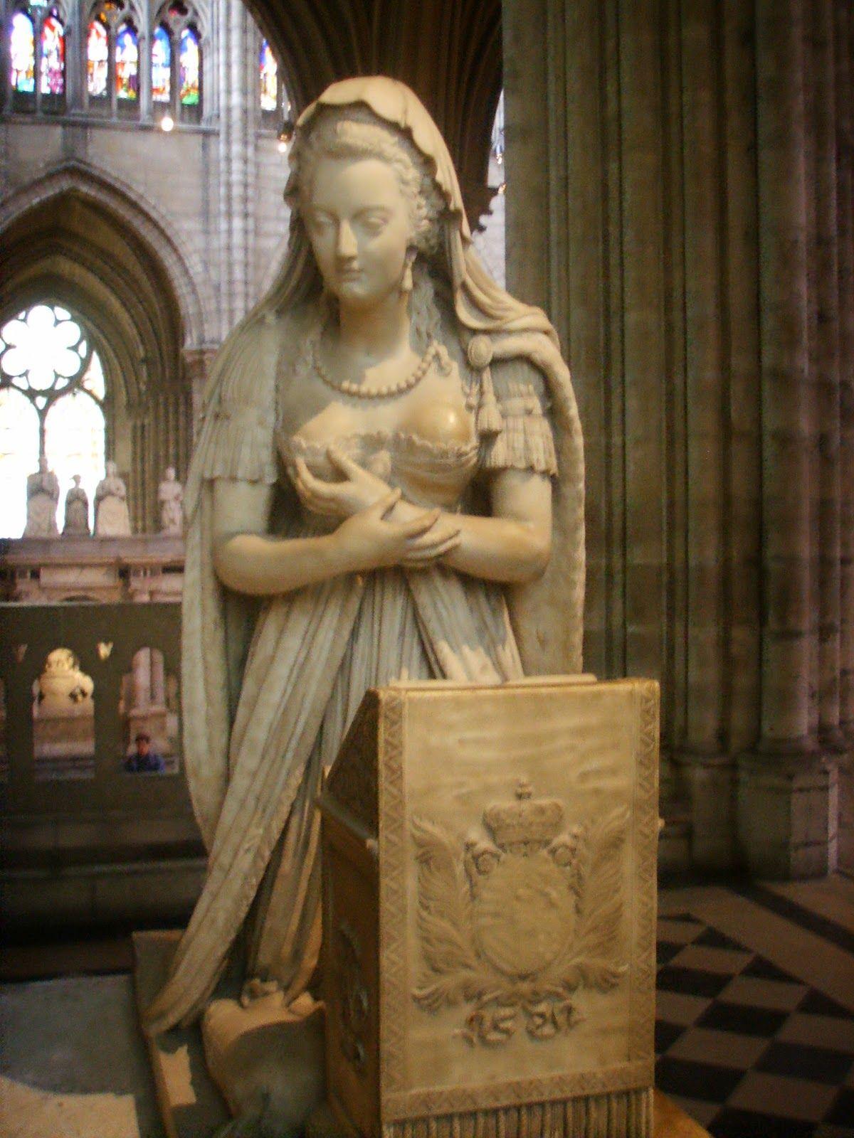 María Antonieta monumento  en la Basílica Saint Denis de París Basílica