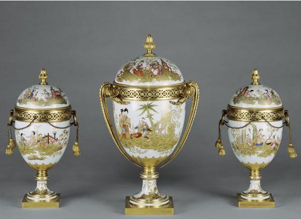 Garniture de trois vases « œuf » à décor chinois Louis-François Lécot, (1730-1783) Porcelaine