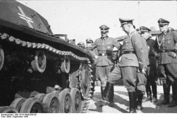 SS Hauptsturmführer Max Wünsche, Reichsfuhrer SS Heinrich Himmler, the SS Wilhelm Obersturmbannfuehrer Kaylhaus, adjutant RFSS Joachim Piper (Jochen Peiper). Metz, September 1940.