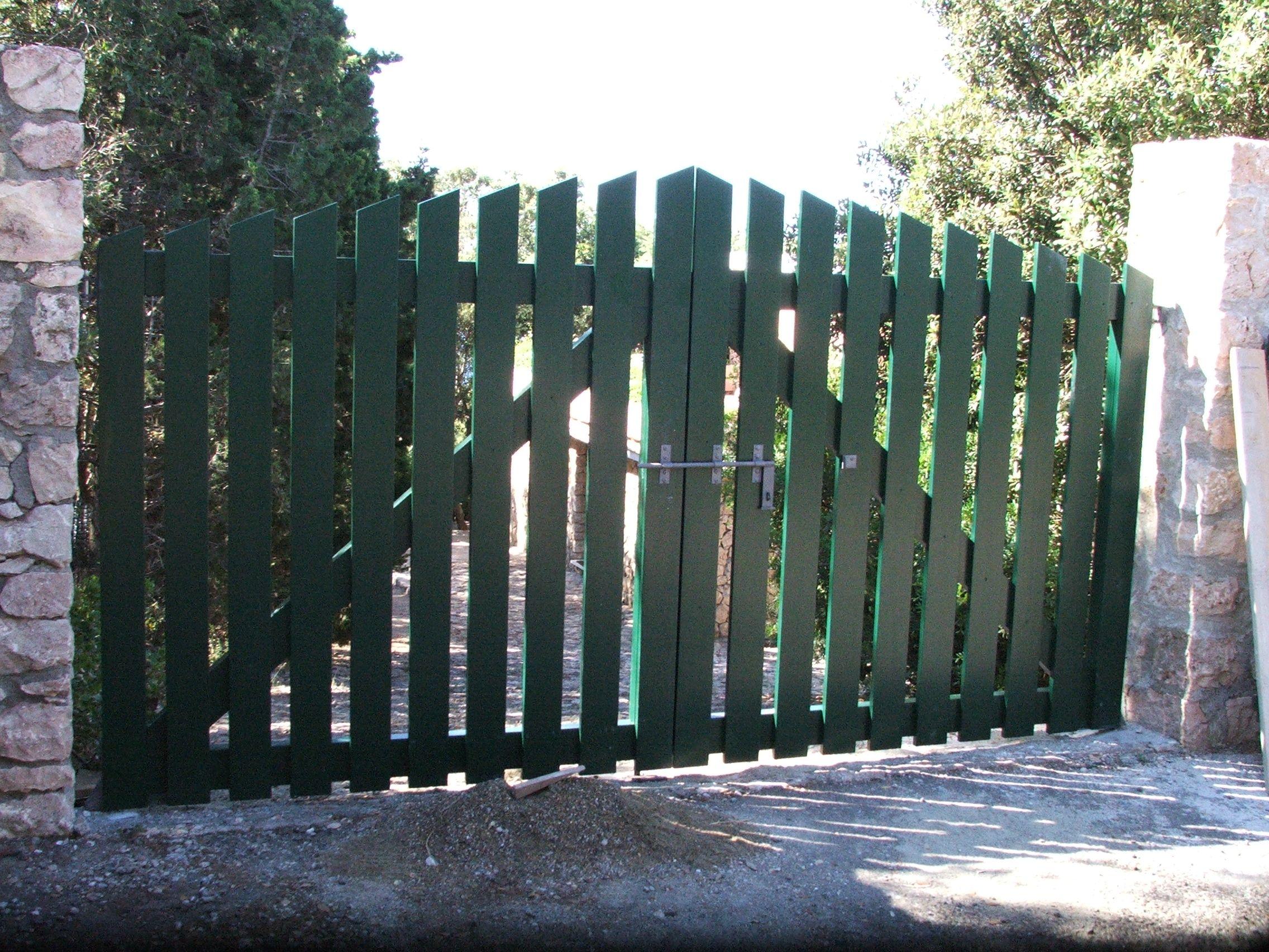 Cancello in legno verniciato di colore verde cancelli da for Cancelli di legno per giardino