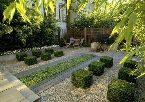 Modern und einladend Kies, Buchsbaum in Würfeln, Sitzplatz - vorgarten modern kies