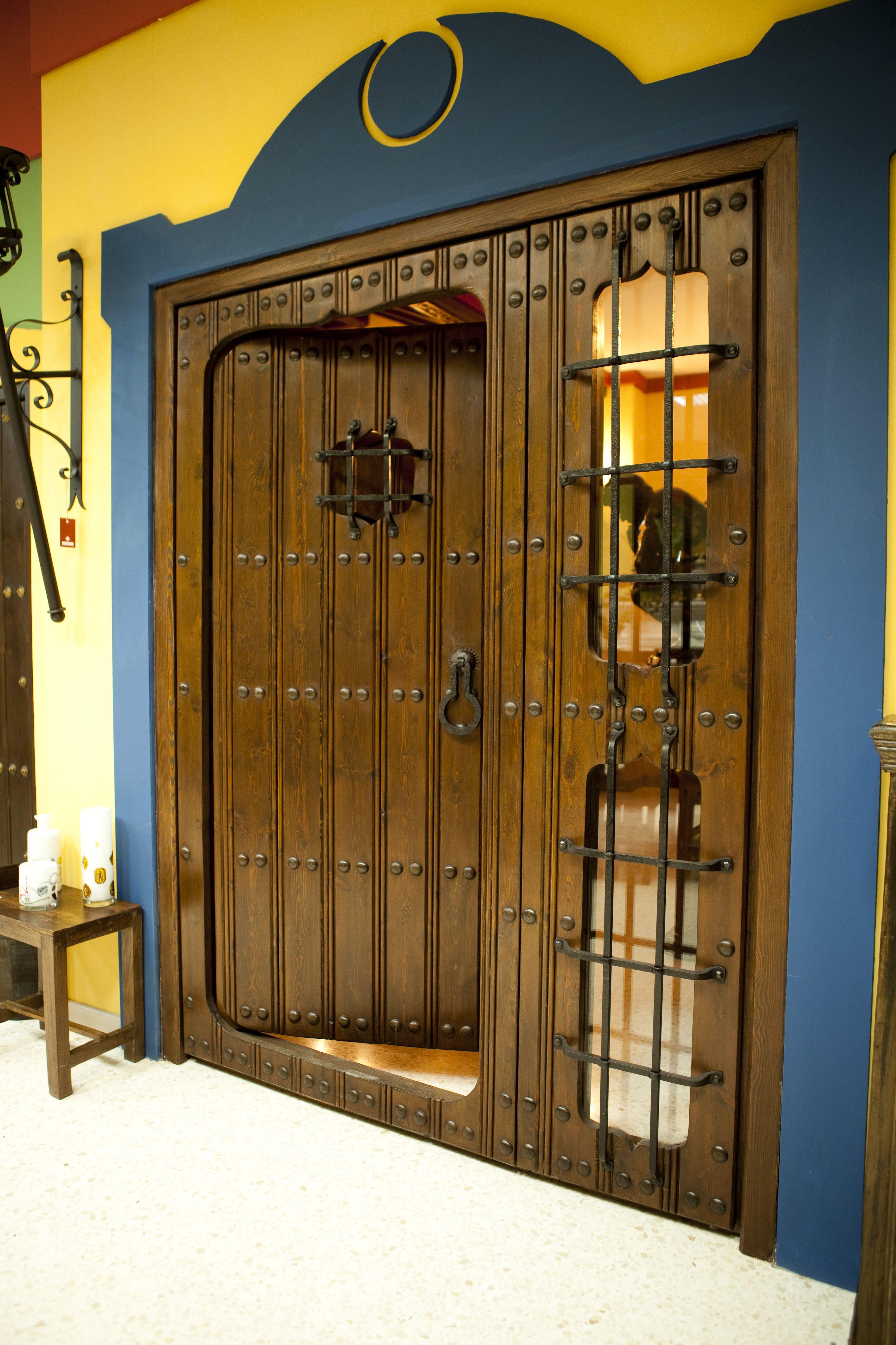 puerta de madera con detalles en forja #artesanal.   Puertas en ...